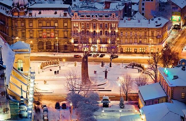 df916e12e7d3b5 Тут пахне кавою і шоколадом. Кожен будинок, дворик, камінь бруківки - ціла  епоха. І якщо в Європі люди вже відзначають Різдво, то жителі Львова поки  ...